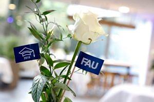 Tischdekoration mit FAU-Fähnchen