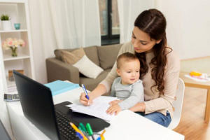 Mutter mit Kind vor Laptop